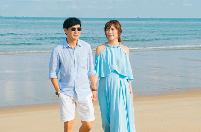 Vợ chồng nam ca sĩ trốn các con, tình tứ nắm tay nhau dạo biển.