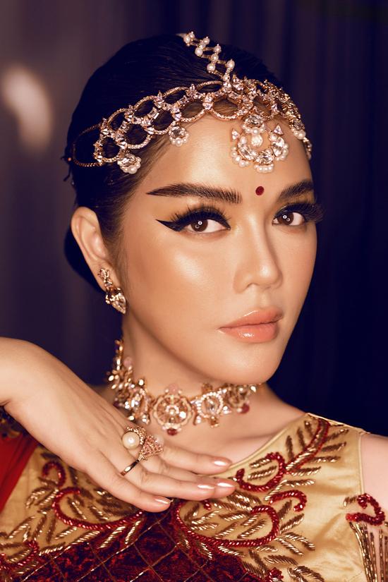 Lý Nhã Kỳ ấn tượng với phong cách trang điểm đặc trưng của phụ nữ Ấn Độ.