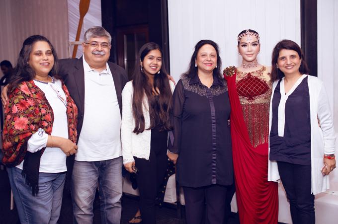 [Caption] Cũng tại đây, nhiều đạo diễn cũng như nhà sản xuất film của Bollywood đã ngỏ lời mời Lý Nhã Kỳ có thể trong thời gian tới hợp tác với cô tham gia một số dự án film điện ảnh tại Bollywood và mời cô hoạt động nghệ thuât ở thị trường Ấn Độ. Nữ diễn viên chia sẻ mỗi một ngày, bố mẹ nuôi mời rất nhiều đầu bếp nổi tiếng trên thế giới về để thay đổi khẩu vị cho thực khách tham dự sinh nhật của mình. Ngoài những món mang đậm chất Ấn, Âu, Á ra đích thân gia đình tỉ phú còn yêu cầu đầu bếp người Singapore có 18 năm kinh nghiệm trong các khách sạn 5 sao ở châu Á nấu riêng món Việt cho Lý Nhã Kỳ cùng ekip, khiến tất cả mọi người trong ekip vô cùng cảm thấy hạnh phúc và ấm áp.  Trang phục:  Ấn Độ  Makeup & hair : Quân Nguyễn & Pu Lê.  Photo : Linh Phạm