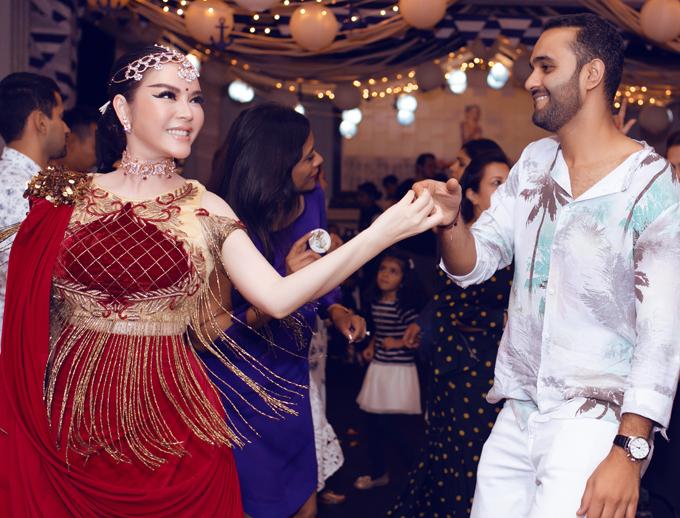 Cô vui vẻ nhảy múa cùng các khách mời trong buổi tiệc tổ chức tại một resort cao cấp.