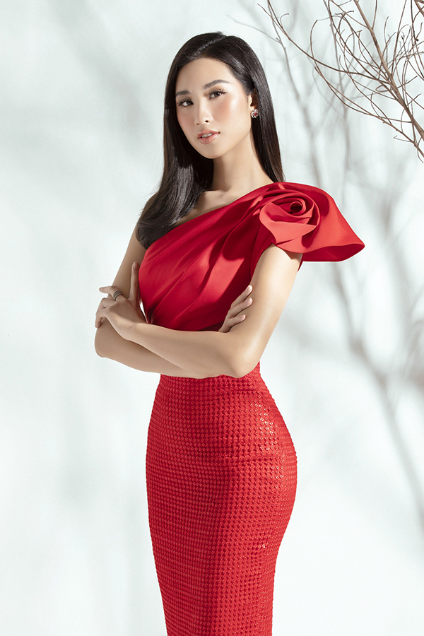 Những chiếc váy liền thân hay còn gọi là đầm cocktailđược giới thời trang đánh giá là lựa chọn hàng đầu để phái đẹp tỏa sáng tại những bữa tiệc ấm cúng. Trong bộ ảnh mới thực hiện, Phạm Anh Thư khoe vóc dáng trong những bộ trang phục sắc màu của nhà thiết kế Đỗ Long.
