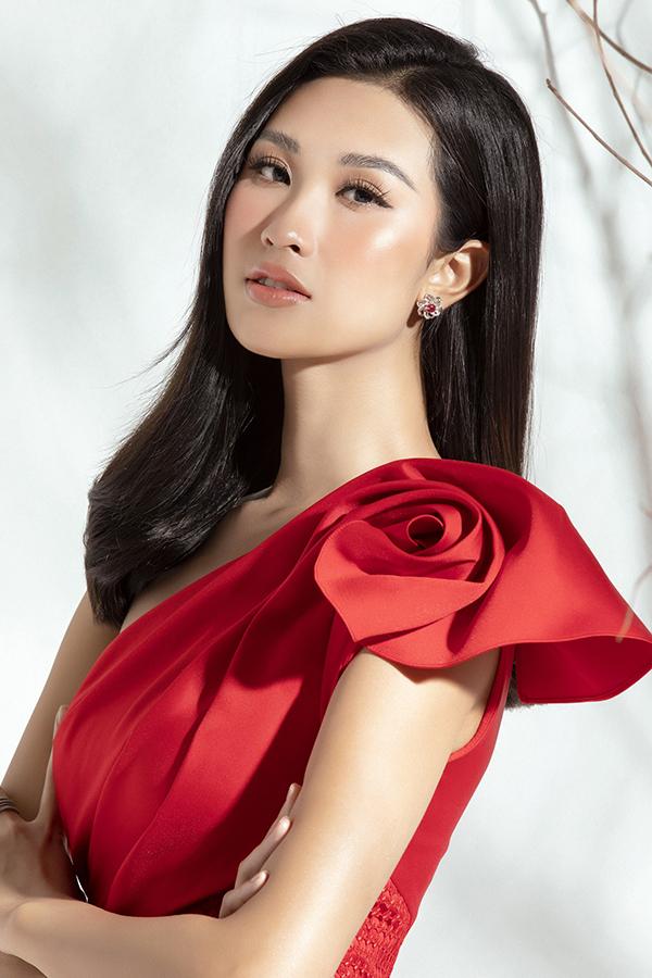 Chi tiếp xếp nếp hình bông hồng làm bờ vai thêm điệu đà. Màu đỏ rực rỡ của thiết kế này giúp các quý cô luôn nổi bật khi xuất hiện tại các buổi tiệc tối.