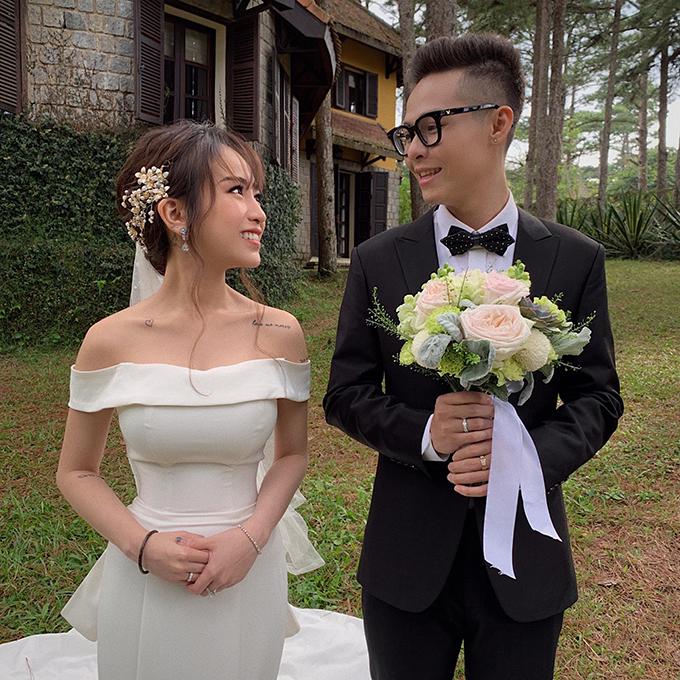 Chuyển sang ngày chụp hình thứ 2, Ty Lê áp dụng lối trang điểm của cô dâu Hàn hiện đại cùng kiểu tóc búi nhẹ nhàng, đơn giản.
