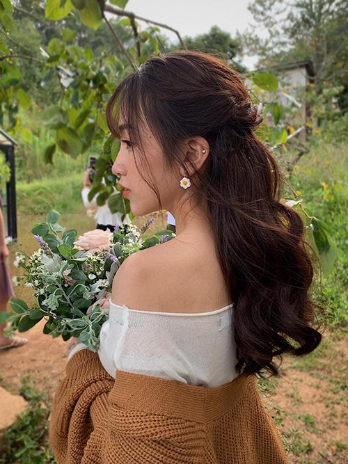 Ty Lê kết hợp kiểu makeup Hàn Quốc vớitóc uốn xoăn bồng bềnh, búi nửa đầu.