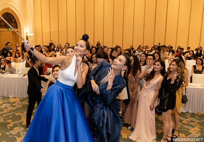 Trước khi chương trình chính thức diễn ra, HHen Niê cùng Võ Hoàng Yến và các thí sinh của Hoa hậu Hoàn vũ Việt Nam 2019 chụp ảnh tự sướng.
