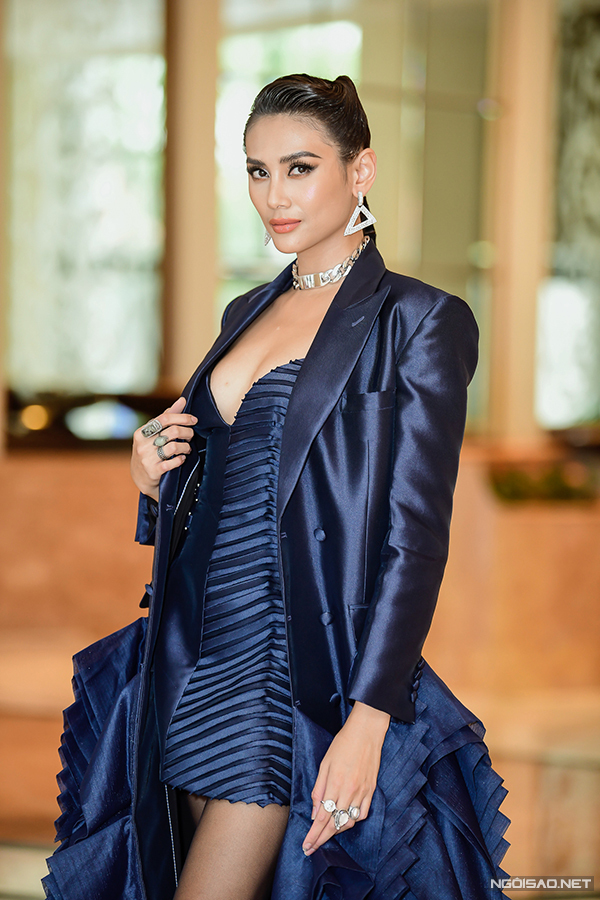 Võ Hoàng Yến quyến rũ trong bộ váy ngắn hở ngực. Cô từng giành ngôi Á hậu 1 của Hoa hậu Hoàn vũ 2008.