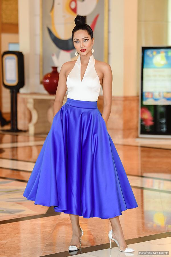 Xuất hiện tại sự kiện khởi động cuộc thi Hoa hậu Hoàn vũ Việt Nam ở Hà Nội, HHen Niê gây ấn tượng bởi phong cách nữ tính, quyến rũ với áo xẻ cổ sâu và chân váy chữ A dáng xoè.