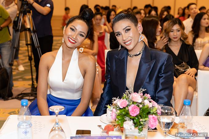 Hai người đẹp tươi cười khi cùng ngồi ở vị trí khách mời đặc biệt của chương trình.