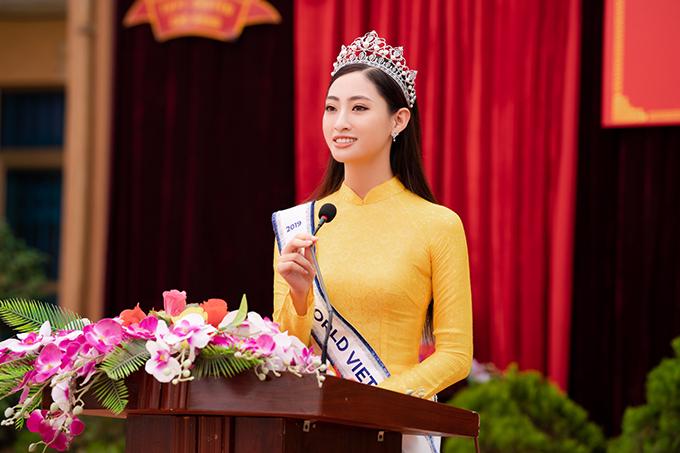 Hoa hậu Thế giới Việt Nam 2019 bày tỏ lòng biết ơn với các thầy cô giáo đã dạy dỗ mình. Đối với cô, những năm tháng dưới mái trường phổ thông luôn là kỷ niệm đẹp không bao giờ quên.
