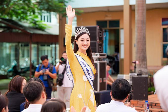 Người đẹp được thầy cô và hàng nghìn học sinh của trường chào đón nồng nhiệt.