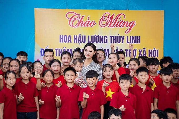 Các em học sinh ở Trung tâm Bảo trợ xã hội Cao Bằng rất hào hứng khi được gặp Hoa hậu Lương Thuỳ Linh.