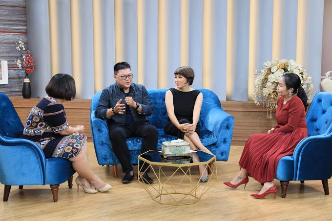 Phi Hải - Hương Giang (giữa) chia sẻ về câu chuyện hôn nhân của mình với thạc sĩ tâm lý Tô Nhi A (ngoài cùng bên trái) và MC Ốc Thanh Vân. Chương trình được phát sóng lúc21h35 Chủ nhật ngày 18/8/2019 trên VTV9.