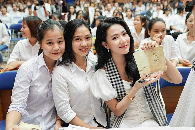 Diễn viên Minh Trang, Á hậu Lệ Hằng tặng sách sinh viên Đà Nẵng - 6
