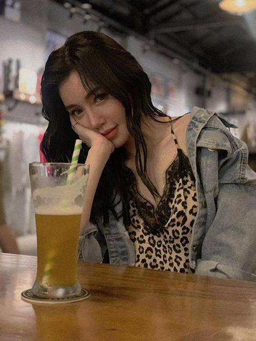 Elly Trần uống bia bằng ống hút.