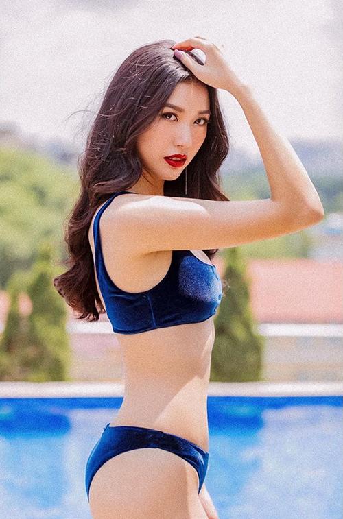 Á hậu Thúy Vân khoe dáng với bikini bên bể bơi.