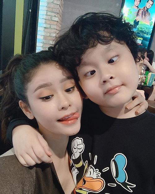 Ca sĩ Trương Quỳnh Anh hẹn hò cuối tuần cùng con trai. Cả hai mẹ con cùng tạo dáng mắt lé tinh nghịch.