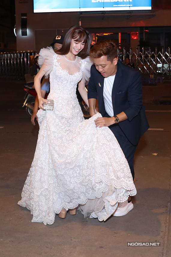 Trường Giang giúp bà xã chỉnh sửa váy dạ hội khi đến dự một sự kiện tối 18/8, tại TP HCM.