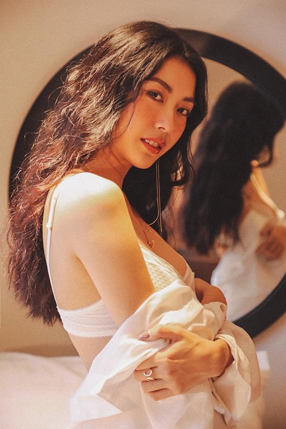 Từ sau đăng quang Á hậu 3 Hoa hậu Quốc tế 2015, Thúy Vân gắn liền hình ảnh kín đáo, thanh lịch. Lần chụp ảnh nội y này, người đẹp che chắn cẩn thận và lựa chọn góc chụp phù hợp.