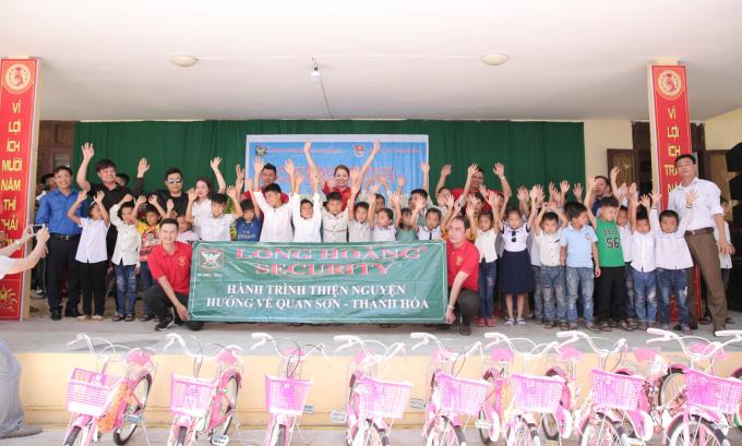 Trước đó một ngày, Hoa hậu Bùi Thị Hà và đoàn thiện nguyên của Tập đoàn bảo vệ Long Hoàng cùng KH group của doanh nhân trẻ Lê Khắc Kiên trực tiếp lên các xã Mường Mìn của huyện Quan Sơn để cứu trợ.