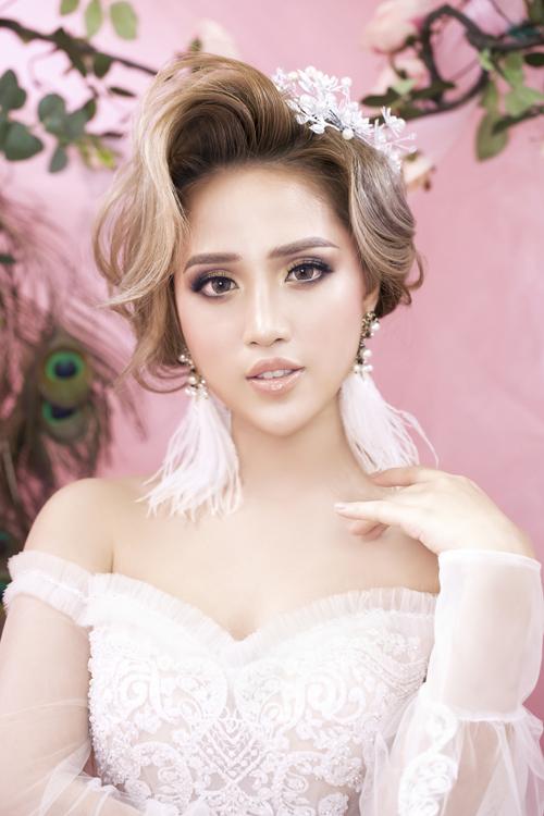 1. Trang điểm trong vắt cho nàng thích nét Tây hóaTông màu chủ đạo mà Trang Sun sử dụng ở kiểu makeupnày là hồng nhạt, dành cho nàng có nước da trắng ngần, mái tóc nhuộm sáng màu.