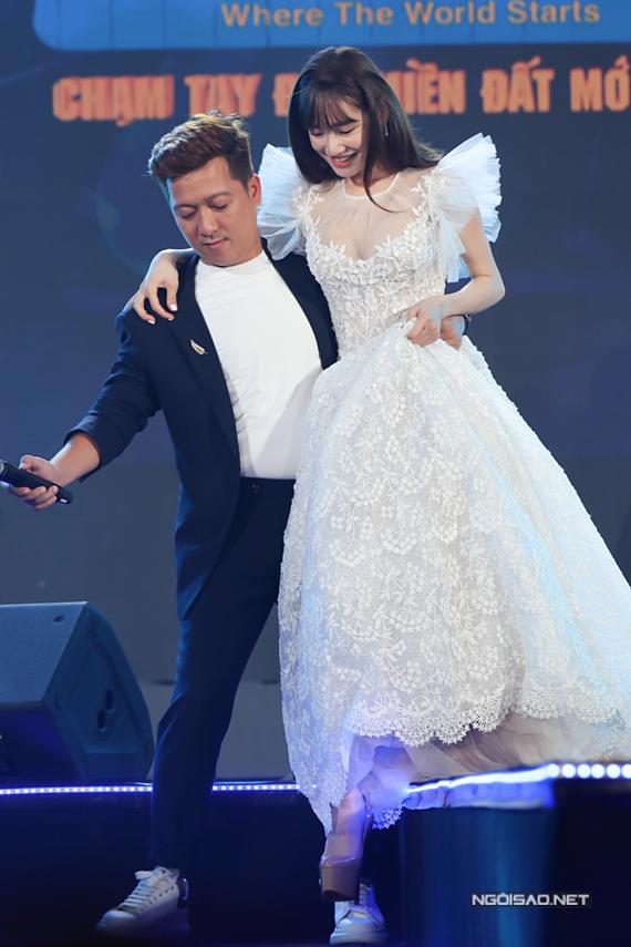 Trường Giang không ngại bế bà xã xuống sân khấu.
