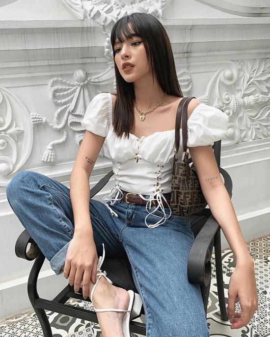 Quần jeans boyfriend được Tú Hảo phối cùng áo tay bồng ảnh hưởng mốt áo corset đang được ưa chuộng ở mùa thời trang 2019.