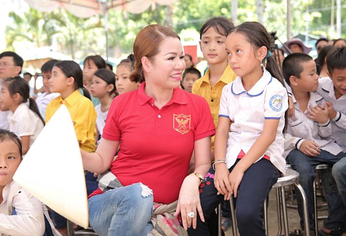 Hoa hậu Bùi Thị Hà tặng 50 xe đạp cho trẻ em miền núi, hỗ trợ tiền và thăm hỏi cho toàn bản Xa Nứa - nơi bị ảnh hưởng nặng nề sau hai trận lũ quét. Qua hai trận lũ tổng số người chết và mất tích là 13, trong đó có một gia đình mất 6 người.