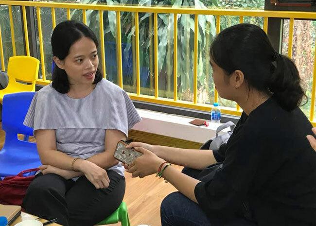 Chị Mai Linh phát hiện vụ việc em bé bị cô phạt nhốt tủ sau khi xem clip con gái mình trên lớp.