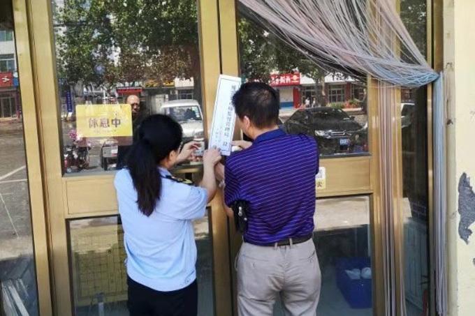 Cơ quan chức năng địa phương dán thông báo đóng cửa nhà hàng vì vi phạm an toàn thực phẩm. Anh: Weibo.