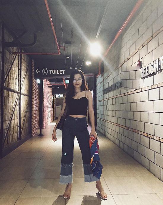 Quần jeans ống rộng dáng lửng và áo hai dây như Đông Nhi là set đồ khiến phái đẹp sexy hơn khi đi cafe, xem phim hay hẹn hò cùng bạn bè.