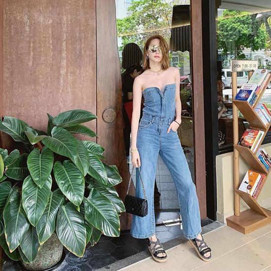 Vẫn là kiểu jeans ống rộng nhưng trang phục của Thiều Bảo Trang bắt mắt hơn nhờ phom jumspuit vừa trẻ trung vừa sexy.