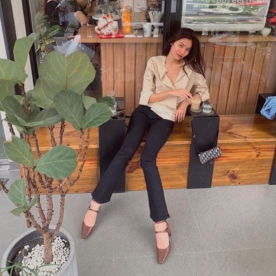 Quần loe ống nhỏ đi cùng áo blouse, áo sơ mi, giày mũi ballet như Kim Dung là set đồ dễ áp dụng cho chị em văn phòng.
