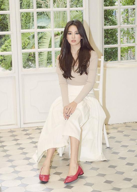 Trong bộ ảnh mới được thực hiện, ngôi sao Hàn liên tục thay đổi trang phục, thể hiện trọn vẹn vẻ nữ tính.