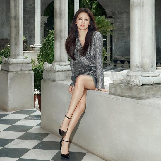 Song Hye Kyo công khai bộ ảnh mới với phong cách khác lạ: mái tóc duỗi thẳng, mắt kẻ eye lines và đeo lens màu. Tạo hình mới mẻ, có phần sexy của cô tạo được sự quan tâm, chú ý của người hâm mộ. Song Hye Kyo được cho là đang trong lịch trình nghỉ ngơi từ giờ đến cuối năm.