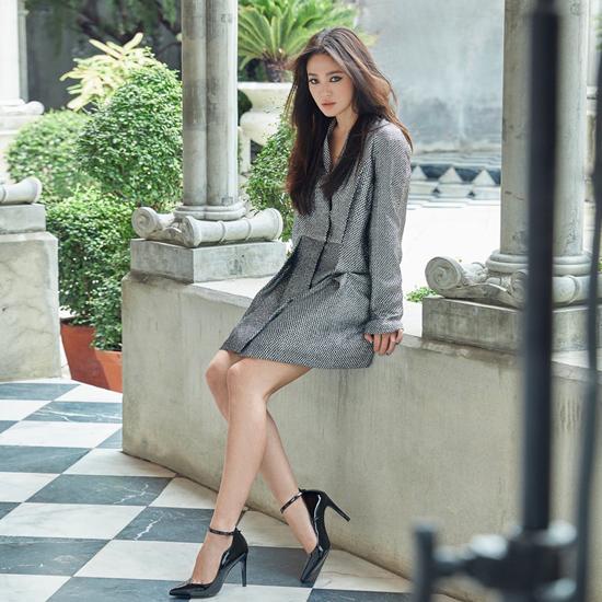Trang phục ngắn giúp mỹ nhân Trái tim mùa thukhoe đôi chân thon thả. Nữ diễn viên vừa chấm dứt 2 năm hôn nhân ngắn ngủi với tài tử Song Joong Ki và để lại nhiều ồn ào, dị nghị trong dư luận. Gần đây, cô đâm đơn kiện một loạt tờ báo lớn như Chosun Ilbo, DongA... vì đưa thông tin sai sự thật, liên quan đến vụ chia tay của mình.