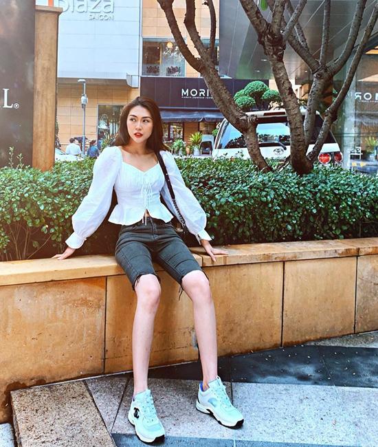 Quần jeans dáng biker short là trang phục được nhiều ngôi sao thế giới ưa chuộng. Tường Linh cũng chọn nó để phối cùng kiểu áo blouse trắng ảnh hưởng phong cách cổ điển.