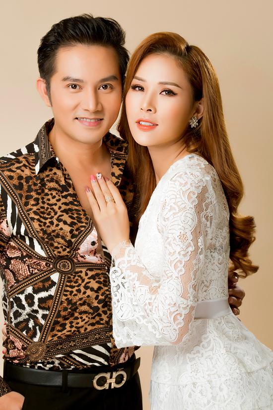 Thiên Bảo sinh năm 1975, hơn vợ 15 tuổi nhưng cả hai nhìn rất xứng đôi.