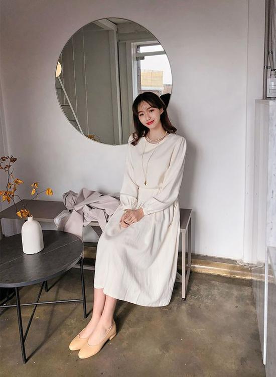 Lấy cảm hứng từ vẻ đẹp của những chiếc váy vintage, nhiều nhà mốt đã mang tới các trang phục giúp phái đẹp văn phòng thêm phần thanh nhã khi đi làm.