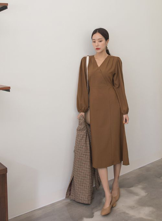 Váy liền thân dáng dài được thể hiện một cách đa dạng với nhiều phom dáng. Đây là trang phục mang tính ứng dụng cao và phù hơp với không khí chuyển mùa từ hè sang thu.