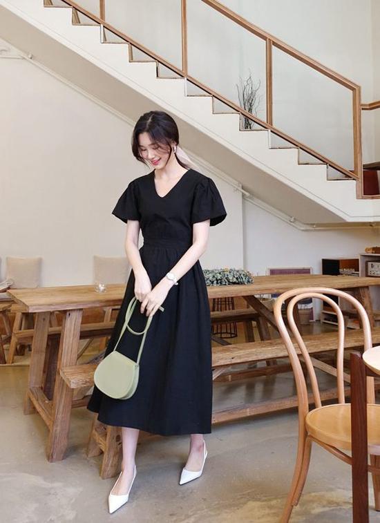 Váy nhún eo nhẹ nhàng vừa dễ mặc vừa giúp phái đẹp tôn nét gợi cảm một cách khéo léo. Phối cùng các kiểu váy cổ điển là phụ kiện mang hơi hướng của phong cách vintage và retro.