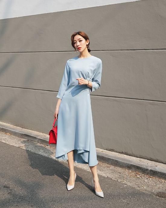 Trên các dáng váy suông, nhiều thương hiệu áp dụng kỹ thuật xếp nếp, nhún eo để tăng sức hút cho từng bộ trang phục.