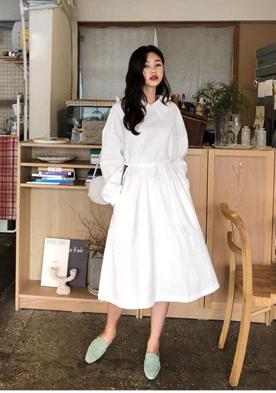 Đàm trắng đi kèm các chi tiết rút dây cho vòng eo, tay bồng điệu đà vẫn được ưa chuộng. Khi diện trang phục này, các nàng có thể phốiđồ theo phong cách white on white hoặc chọn phụ kiện tông pastel, tông màu tương phản.
