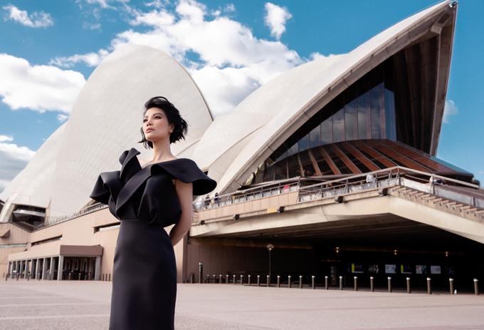 Vũ Cẩm Nhung diện váy tạo khối khoe dáng ở Sydney