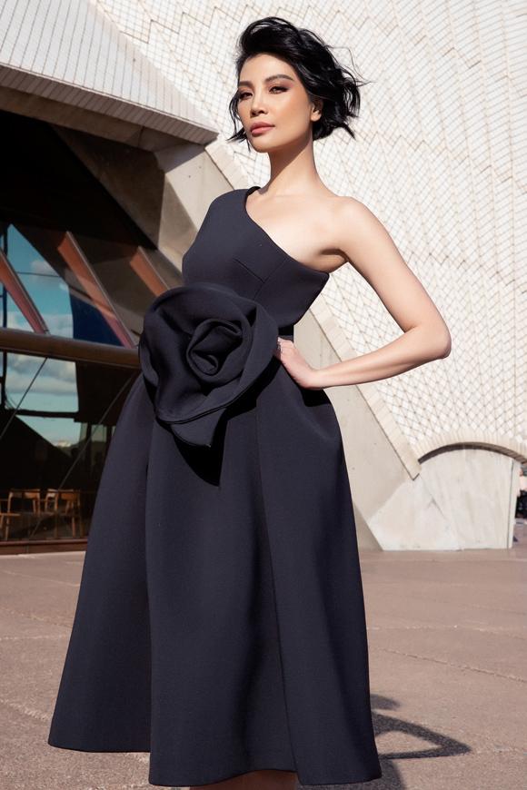 Vũ Cẩm Nhung diện váy tạo khối khoe dáng ở Sydney - 4
