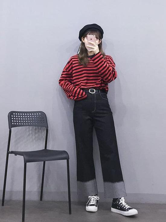 Cách đơn giản nhất để phối đồ mùa thu ăn ý cùng mốt quần jeans ống suông là chọn kiẻu áo nỉ, áo thun hay một chiếc sweater phù hợp vóc dáng.