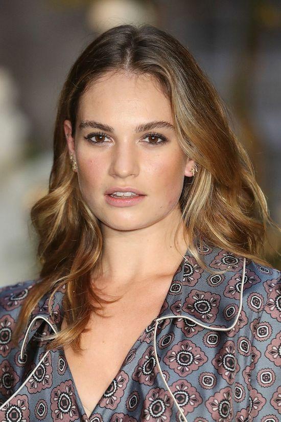 Lily James thu hút với kiểu trang điểm tự nhiên và đôi lông mày được chải đứng gọn gàng, không quá cầu kỳ.