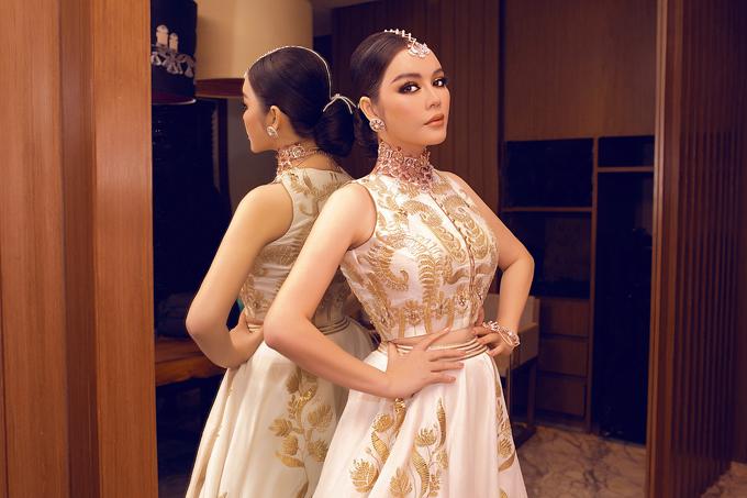 Góp mặt trong tiệc sinh nhật kéo dài 1 tuần của tỉ phú có địa vị trong giới thượng lưu tại Mumbai (Ấn Độ), Lý Nhã Kỳ đầu tư váy áo lộng lẫy để theo đúng concept và decor của buổi tiệc.