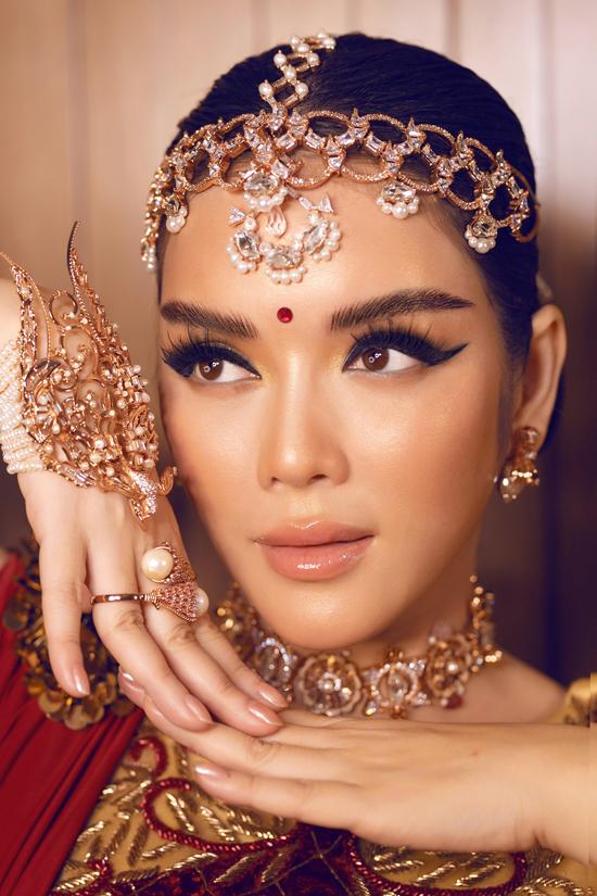 Cùng với bộ đầm haute couture màu đỏ đậm được thiết kế riêng, trang sức đá quý, ngọc trai cũng được mix-match một cách khéo léo để giúp Lý Nhã Kỳ hóa thân thành cô gái Ấn Độ.