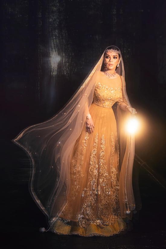 Váy dạ hội được trang trí những cánh hoa tinh xảo được thêu thủ công bằng chỉ vàng đi kèm họa tiết sử dụng kỹ thuật dập vân nổi họa tiết 3D bằng vàng 18k. Bộ trang phục này được thực hiện trong vòng 3 tháng.