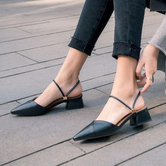 Ý thức được tác dụng của giày cao gót trong việc tôn dáng, nhưng không phải cô nào cũng có thể làm quen với việc đi giày lênh khênh. Chính vì thế các mẫu giày, sandal đế thấp là lựa chọn hoàn hảo.